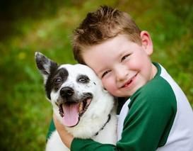 כלב מאומץ עם ילד